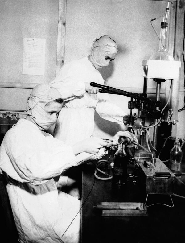 Các cô y tá đeo khẩu trang tại quân y viện Anh, năm 1943 - Sputnik Việt Nam
