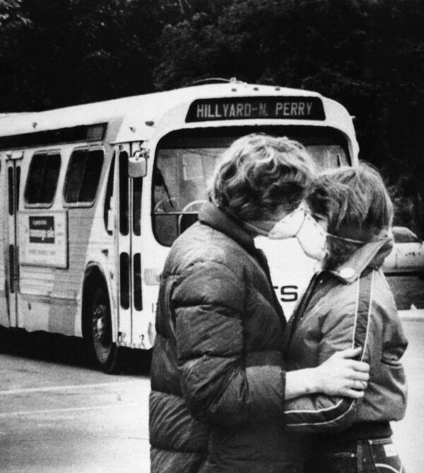Học sinh đeo khẩu trang hôn nhau khi núi lửa St. Helens phát tán tro, Hoa Kỳ, năm 1980 - Sputnik Việt Nam