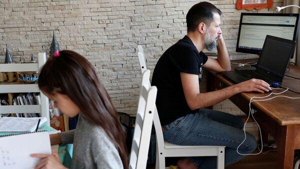 Chaba Post Chuyên gia CNTT khi làm việc từ xa tại nhà ở Budapest, Hungary - Sputnik Việt Nam