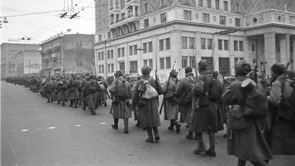Cuộc diễu binh của quân đội Xô-viết trên Quảng trường Đỏ ở Matxcơva, ngày 7 tháng 11 năm 1941 - Sputnik Việt Nam