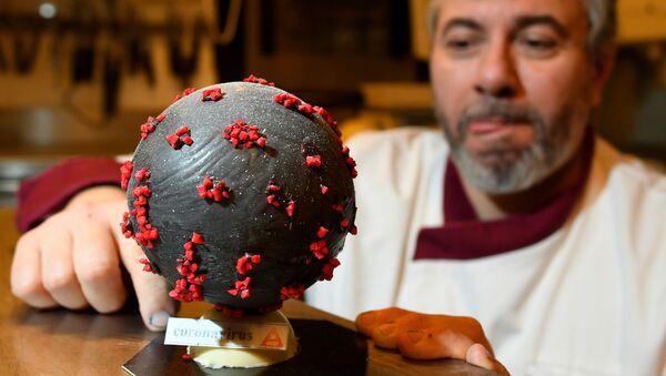 Đầu bếp Jean-Francois Pres với quả trứng Phục sinh sô cô la hình coronavirus - Sputnik Việt Nam