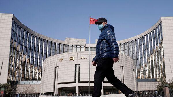 Người đàn ông đeo mặt nạ trên nền của Ngân hàng Nhân dân Trung Quốc - Sputnik Việt Nam