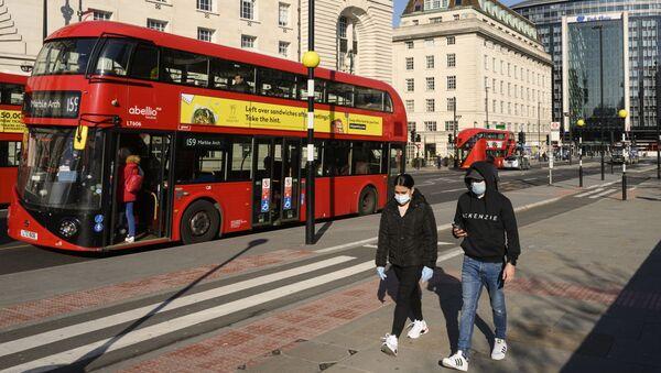 Người qua đường trên cầu Westminster ở London - Sputnik Việt Nam