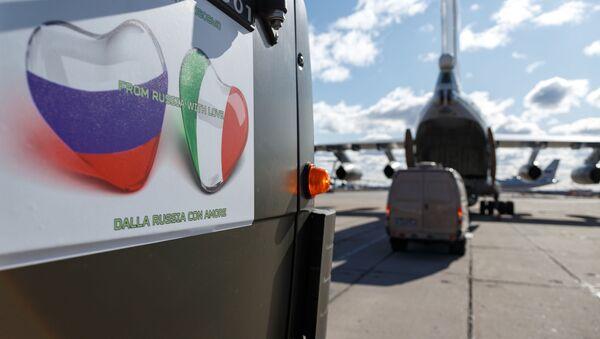 Xe với thiết bị y tế để chuyển đến Ý chống lại virus COVID-19 - Sputnik Việt Nam