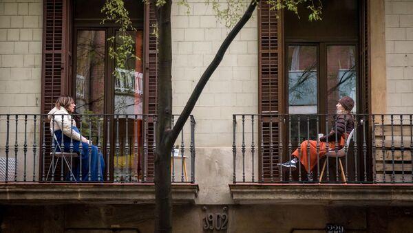 Hai phụ nữ giao tiếp từ ban công nhà mình ở Barcelona - Sputnik Việt Nam
