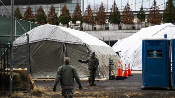 Các công nhân đang xây dựng một nhà xác gần Bệnh viện Bellevue ở New York. - Sputnik Việt Nam