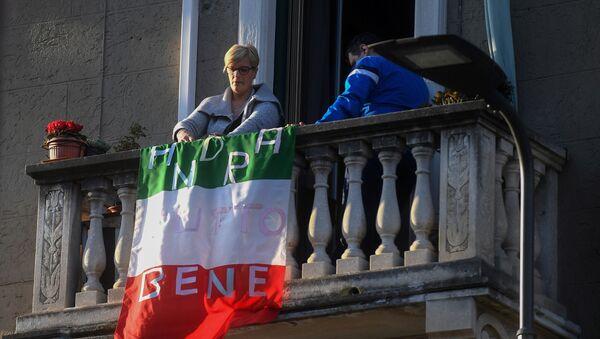 Người phụ nữ trên ban công với dòng chữ Mọi thứ sẽ ổn trên lá cờ của Ý ở Milan - Sputnik Việt Nam