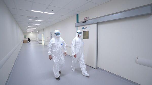 Các nhân viên y tế trong tổ hợp bệnh viện ở Kommunarka - Sputnik Việt Nam
