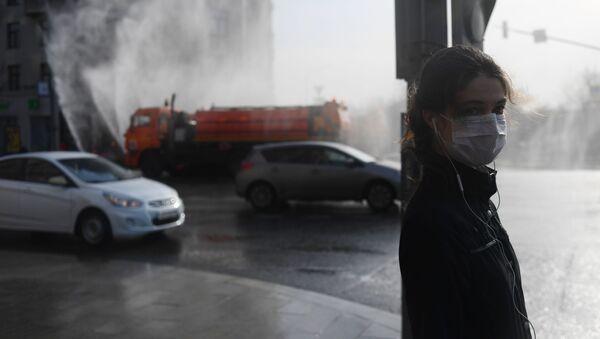 Cô gái trong một khẩu trang y tế ở Moskva. - Sputnik Việt Nam