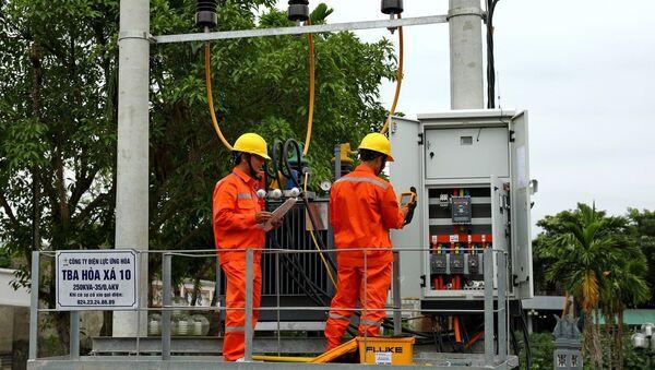Công nhân Tổng Công ty Điện lực TP Hà Nội vận hành cung cấp điện cho các phụ tải trên địa bàn. - Sputnik Việt Nam