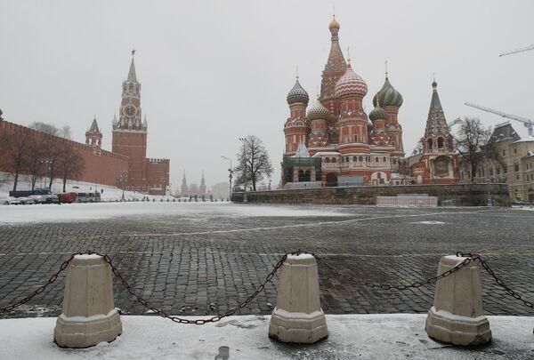 Đồng hồ trên Tháp Spasskaya của Điện Kremlin Moskva chỉ 12 giờ trưa trong đại dịch coronavirus - Sputnik Việt Nam