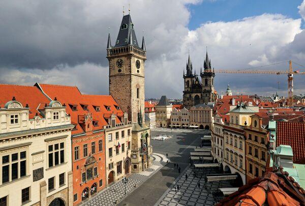 Đồng hồ chỉ 12 giờ trưa trên quảng trường Old Town vắng người ở Prague trong đại dịch coronavirus - Sputnik Việt Nam