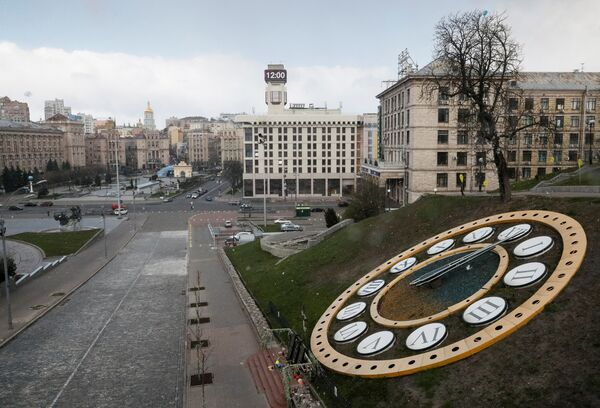 Đồng hồ chỉ 12 giờ trưa trên Quảng trường Maidan vắng vẻ ở Kiev trong đại dịch coronavirus - Sputnik Việt Nam