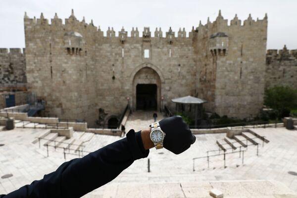Đồng hồ đeo tay chỉ 12 giờ trưa trên nền Cổng Damascus ở Jerusalem trong đại dịch coronavirus - Sputnik Việt Nam