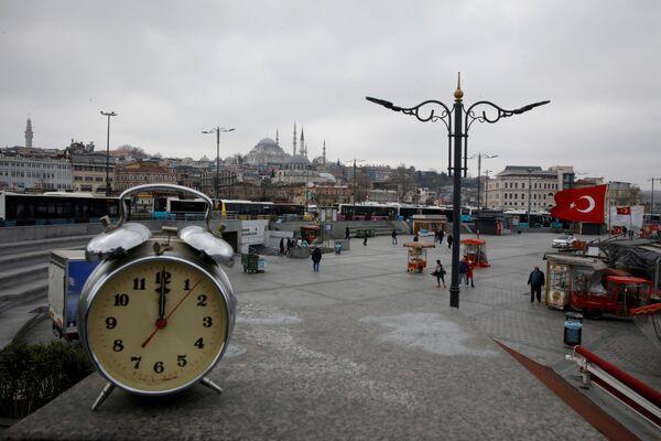Đồng hồ báo thức chỉ 12 giờ trưa ở khu Eminothy của Istanbul trong đại dịch coronavirus - Sputnik Việt Nam