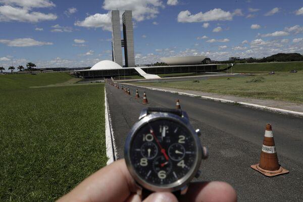 Đồng hồ đối diện Quốc hội Brazil chỉ 12 giờ trưa trong đại dịch coronavirus - Sputnik Việt Nam