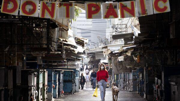 Cô gái với một con chó dưới biểu ngữ không hoảng loạn ở Israel - Sputnik Việt Nam