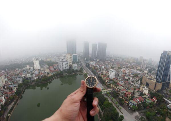 Đồng hồ chỉ 12 giờ trưa trên nền phong cảnh Hà Nội - Sputnik Việt Nam