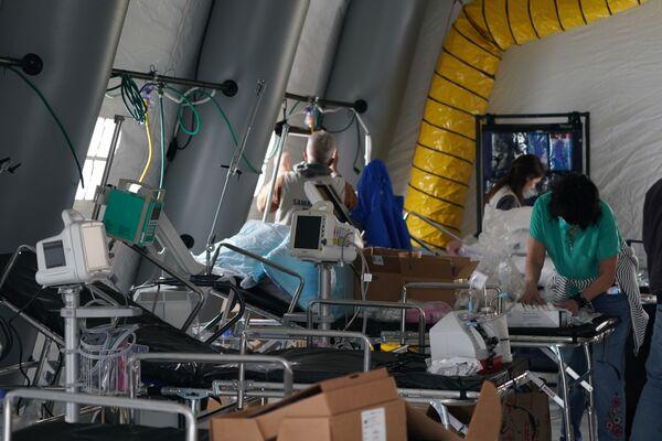 Thiết bị y tế và giường trong bệnh viện dã chiến ở Công viên Trung tâm New York - Sputnik Việt Nam