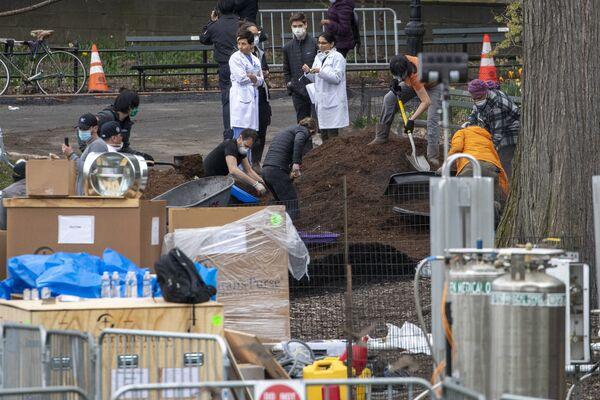 Nhân viên Tổ chức nhân đạo quốc tế Samaritans Purse và nhân viên y tế  bệnh viện dã chiến ở Công viên Trung tâm, New York - Sputnik Việt Nam