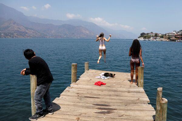 Nữ sinh nhảy xuống nước từ bến tàu ở Guatemala - Sputnik Việt Nam