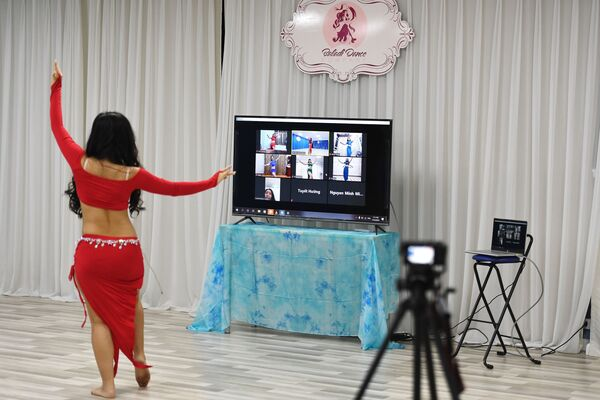 Giáo viên khiêu vũ trong buổi dạy trực tuyến tại Hà Nội, Việt Nam.  - Sputnik Việt Nam