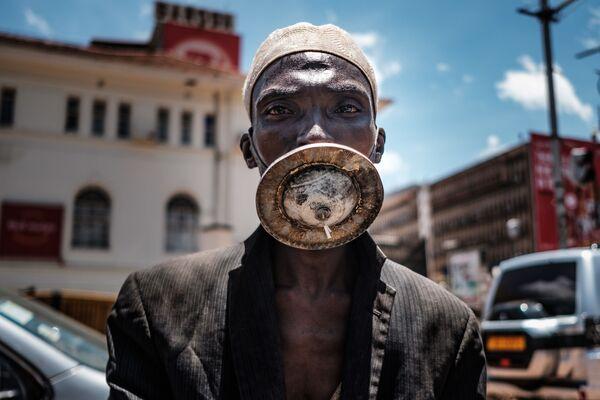 Người đàn ông đeo khẩu trang tự chế ở Kampala, Uganda. - Sputnik Việt Nam