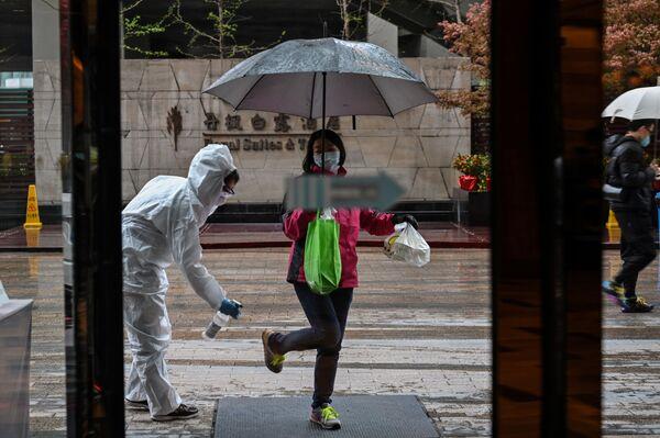 Nhân viên khách sạn trong lúc khử trùng ở Vũ Hán, Trung Quốc - Sputnik Việt Nam