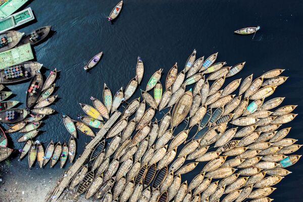 Những người chèo thuyền chờ khách bên bờ sông ở thủ đô Dhaka, Bangladesh - Sputnik Việt Nam