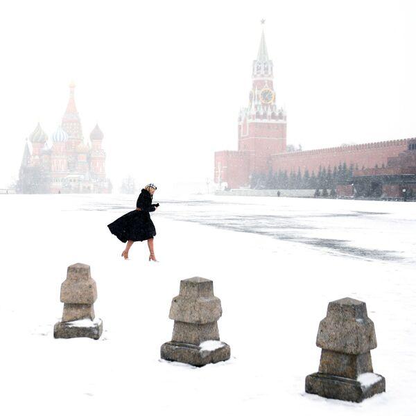Cô gái trên Quảng trường Đỏ ở Moskva - Sputnik Việt Nam