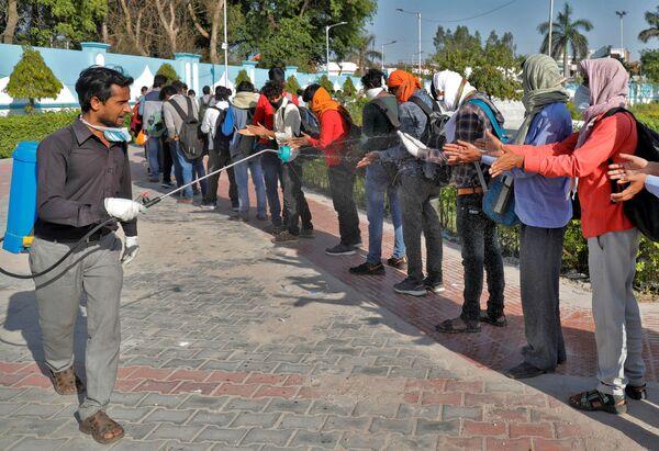 Khử trùng lao động nhập cư ở Ấn Độ - Sputnik Việt Nam