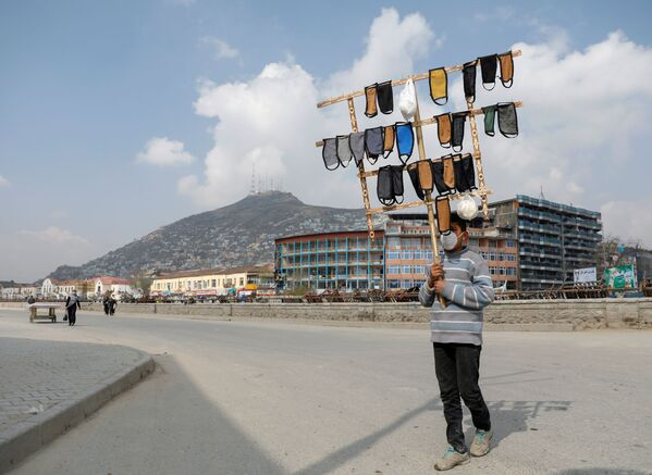Cậu bé Afghanistan bán khẩu trang ở Kabul - Sputnik Việt Nam