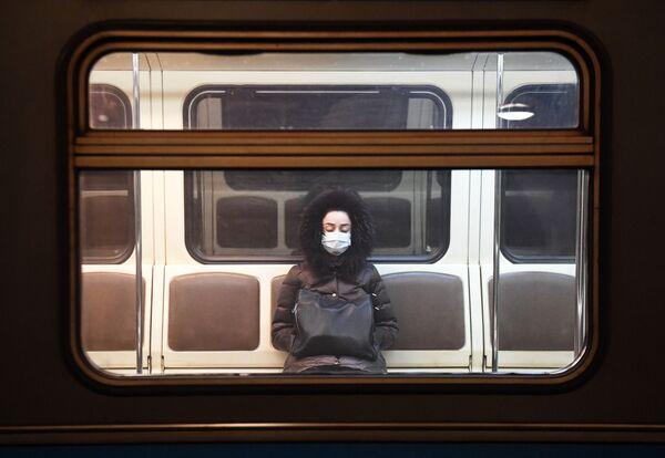 Cô gái trong tàu điện ngầm ở Moskva trong giai đoạn kiểm dịch - Sputnik Việt Nam
