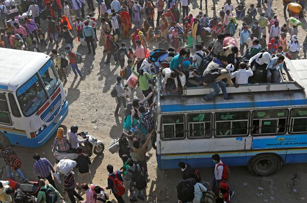 Công nhân nhập cư trên xe buýt đông đúc ở Ấn Độ - Sputnik Việt Nam