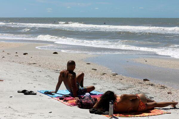 Mọi người nghỉ ngơi trên bãi biển Treasure Island ở Hoa Kỳ mặc dù đã bị đóng cửa do đại dịch coronavirus - Sputnik Việt Nam