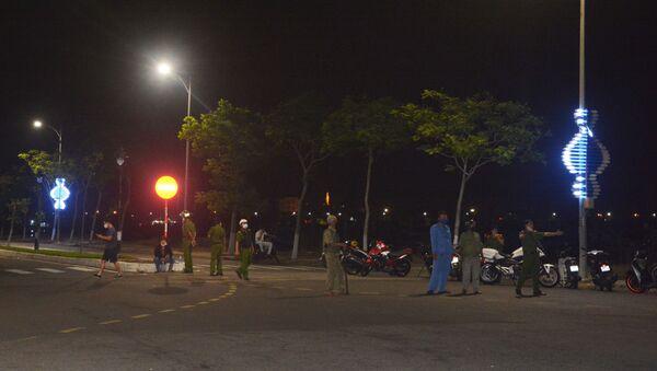 Lực lượng chức năng đang phân luồng giao thông tại hiện trường. - Sputnik Việt Nam