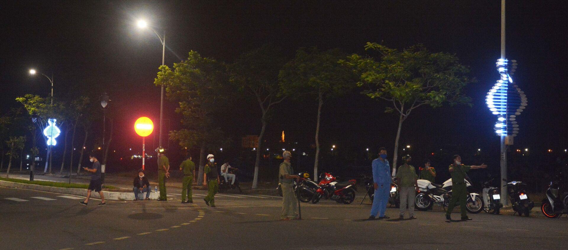 Lực lượng chức năng đang phân luồng giao thông tại hiện trường. - Sputnik Việt Nam, 1920, 03.04.2020