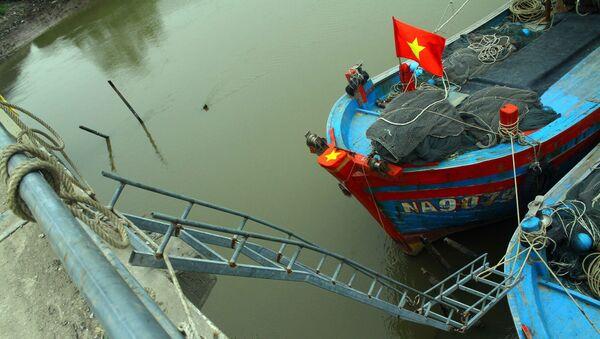 Các ngư dân làm các thang sắt để lên, xuống với các tàu thuyền đang neo đậu ở phía dưới cầu Diễn Kim tiềm ẩn nguy cơ mất an toàn giao thông. - Sputnik Việt Nam