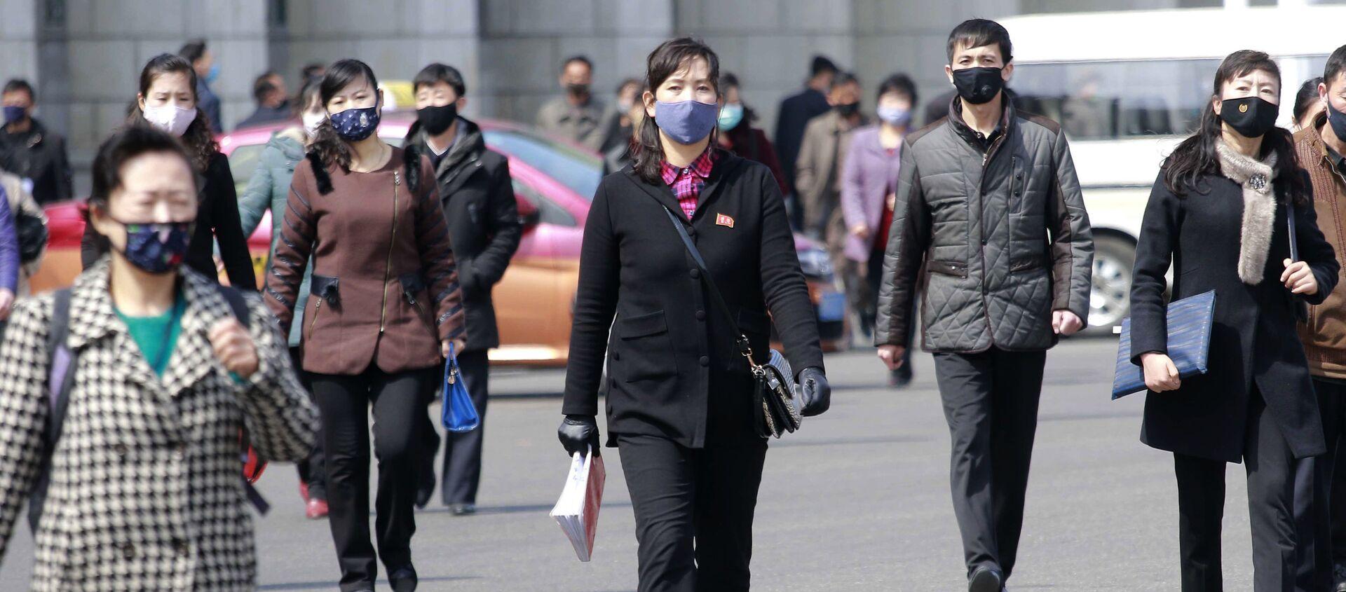 Người qua đường đeo mặt nạ y tế trên đường phố ở Bình Nhưỡng, Triều Tiên - Sputnik Việt Nam, 1920, 03.11.2020