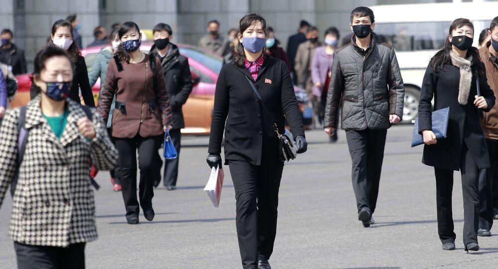Người qua đường đeo mặt nạ y tế trên đường phố ở Bình Nhưỡng, Triều Tiên