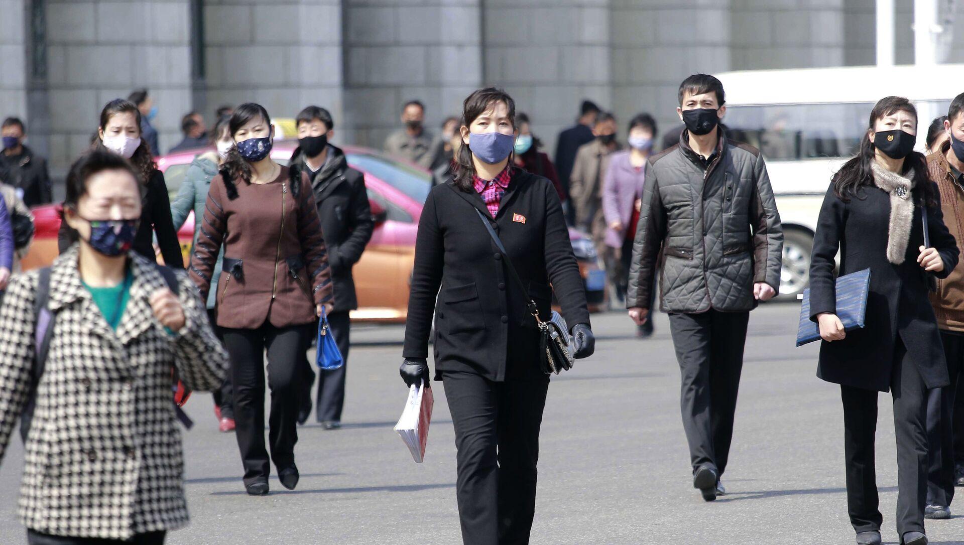 Người qua đường đeo mặt nạ y tế trên đường phố ở Bình Nhưỡng, Triều Tiên - Sputnik Việt Nam, 1920, 30.06.2021