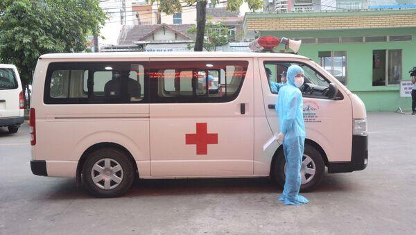 Xe chuyên dụng chở bệnh nhân COVID-19 số 68 về nhà và tiếp tục cách ly 14 ngày theo quy định. - Sputnik Việt Nam