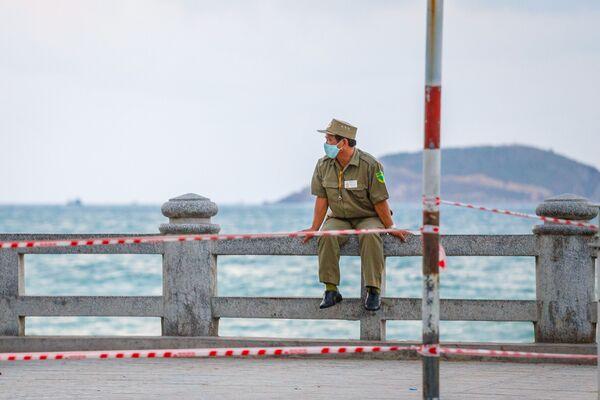 Cảnh sát trên một bãi biển đóng cửa ở Nha Trang, Việt Nam - Sputnik Việt Nam