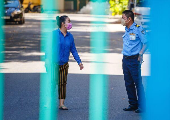 Người dân địa phương đeo khẩu trang bảo vệ khi nói chuyện với cảnh sát trong thời gian dịch coronavirus bùng phát tại Nha Trang, Việt Nam - Sputnik Việt Nam