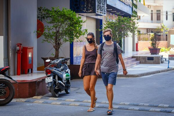 Khách du lịch đeo khẩu trang bảo vệ tại thành phố nghỉ mát Nha Trang tại Việt Nam - Sputnik Việt Nam