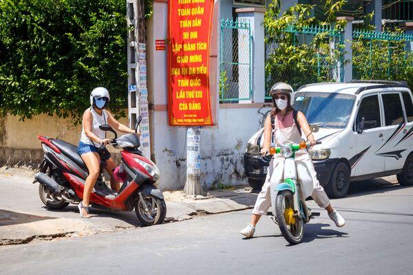 Khách du lịch đeo khẩu trang đi xe máy ở Nha Trang, Việt Nam - Sputnik Việt Nam