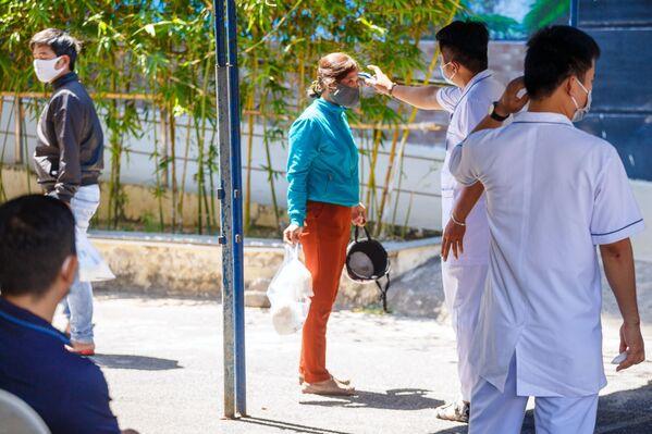 Nhân viên y tế đo nhiệt độ người dân địa phương ở lối vào bệnh viện tại thành phố nghỉ mát Nha Trang, Việt Nam - Sputnik Việt Nam