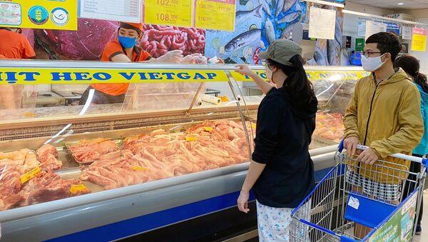 Người tiêu dùng TP. Hồ Chí Minh mua thịt lợn tại Co.opmart Vạn Hạnh, quận 10 - Sputnik Việt Nam