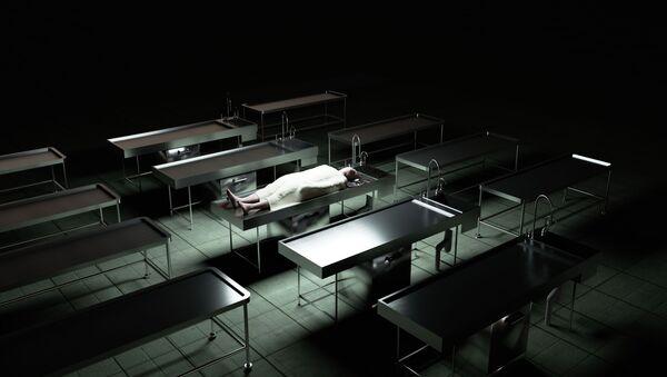 Thi thể của một người đàn ông trên bàn trong nhà xác - Sputnik Việt Nam
