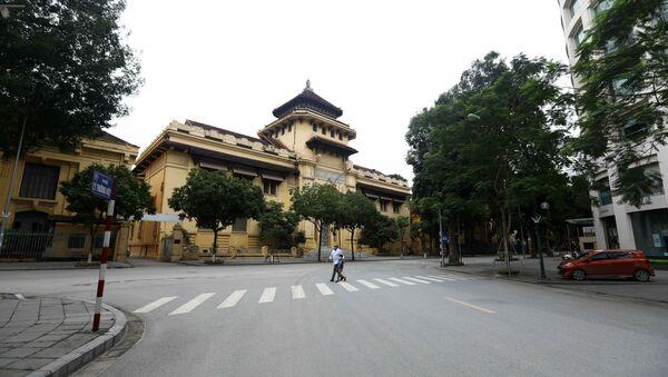 Quang cảnh vắng vẻ người qua lại tại khu vực ngã ba phố Lý Thường Kiệt và phố Lê Thánh Tông. - Sputnik Việt Nam